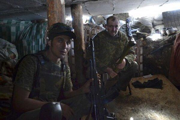 Proruskí ozbrojenci oddychujú v úkryte neďaleko Slovianska.