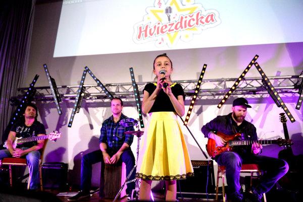 Na snímke víťazka súťaže 9-ročná Natália Lettrichová z Budiša.