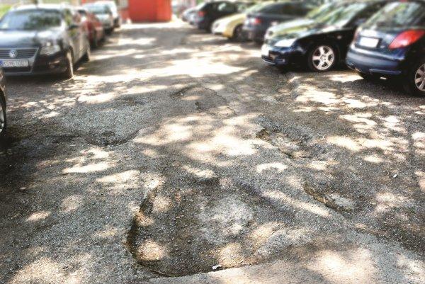 Rozbité parkovisko na Bajzovej ulici.