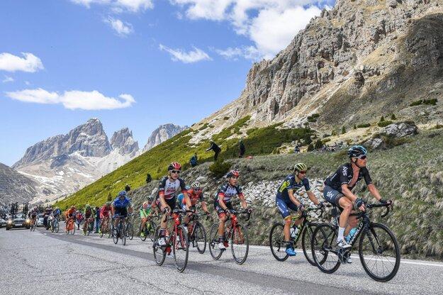 Cyklisti mieria na trase 18. etapy priesmykom Passo Pordoi.