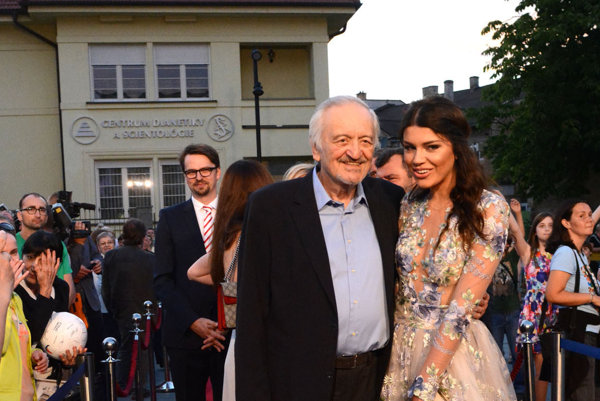 Prezident Art Film Festu. Vlani sa po červenom koberci prešiel s Karolínou Chomistekovou.
