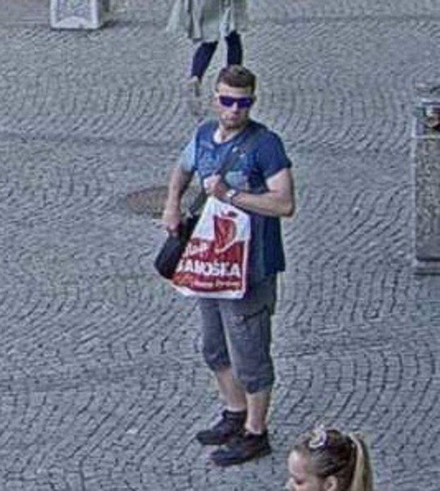 Polícia pátra po tomto mužovi.