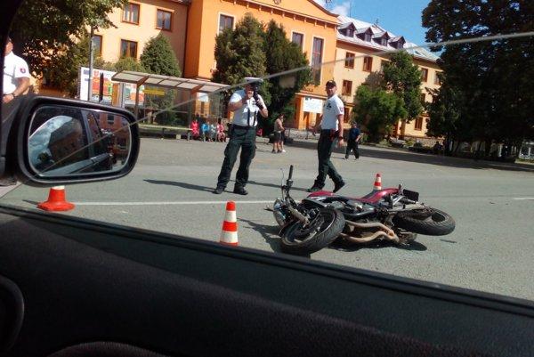 Po zrážke. Motorkár zostal ležať na zemi.