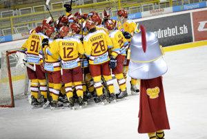 Hráči HK Dukla Trenčín sa radujú z víťazstva po záverečnom kole play-out hokejovej Tipsport ligy.