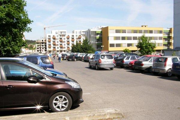 Na parkovisku pred rampami je parkovanie už dnes bezplatné.
