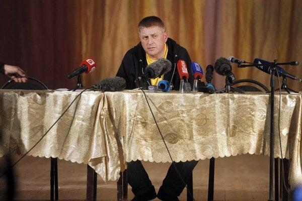 Samozvaný starosta Vjačeslav Ponomrjov pred novinárov predstúpil aj v utorok.