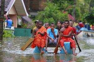 Zosuvy pôdy a záplavy si vyžiadali najmenej 122 obetí.