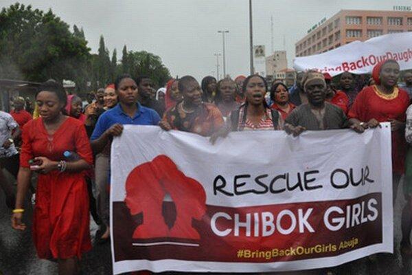 V nigérijskom meste Abudža pochodovalo niekoľko stoviek žien, aby prinútili vládu konať.