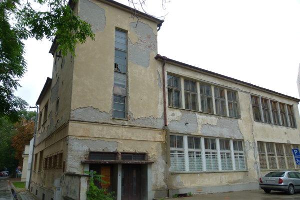 Židovská škola sa nachádza vedľa synagógy.