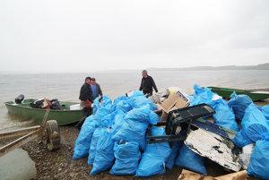 Na provizórny sklad zvážali odpadky rybári adobrovoľníci na člnoch.