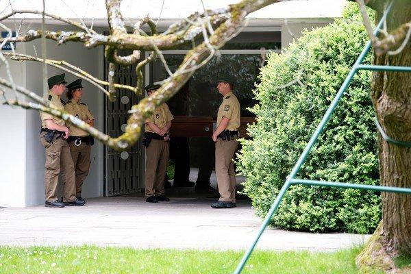 Policajti stoja pred bytovkou nemeckého zberateľa Corneliusa Gurlitta, kde sa našla unikátna zbierka obrazov.