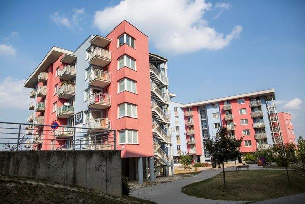 Na Ulici Hany Meličkovej postavilo mesto v roku 2007 spolu 90 nájomných bytov za takmer 5,5 miliónov eur. Hlavné mesto na stavbu čerpalo aj štátnu dotáciu vo výške takmer milión eur.