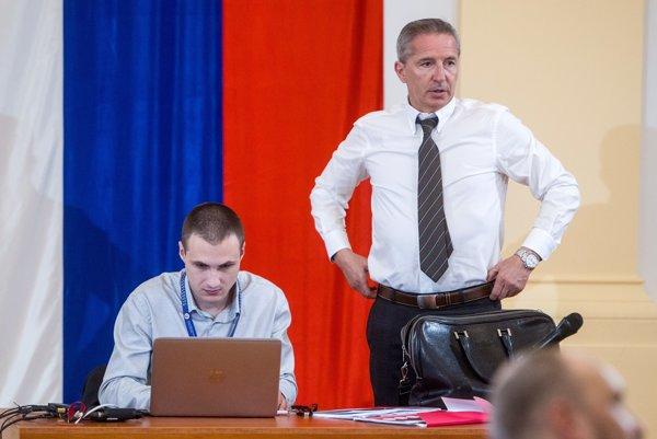 Súčasný šéf RTVS Václav Mika si pred voľbou verí.