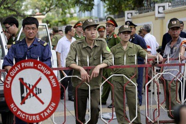 Ochranka pred čínskou ambasádou v Hanoji.