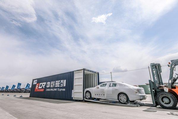Volvo bude svoje vozidlá do Európy posielať vlakom.
