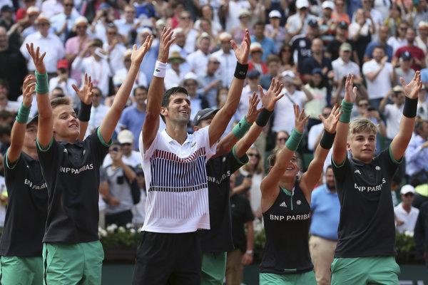 Novak Djokovič svoj postup už tradične oslávil s podávačmi loptičiek.