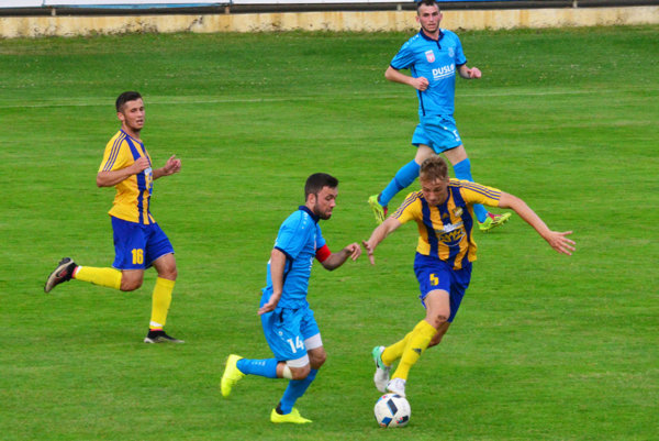 V modrých dresoch Šaľania Matúš Kochan a Muhamed Nurediny, v žlto-modrom Róbert Csóka a Martin Šimko.