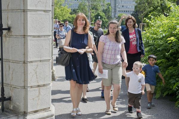 Na snímke sprava Lucia Kováčiková a Eva Grey pred odovzdaním podpisov pod výzvu Mama je lepšia ako jasle.