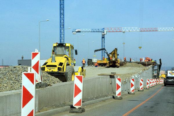 Práce na premostení na kruhovom objazde pri ZVL v marci.