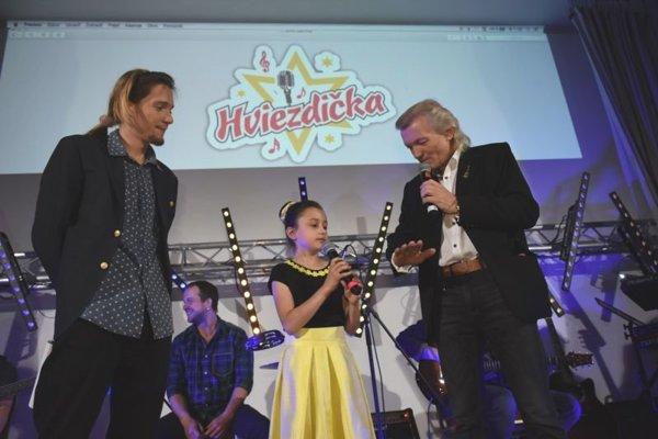 Natália Lettrichová v spoločnosti moderátorov súťaže.