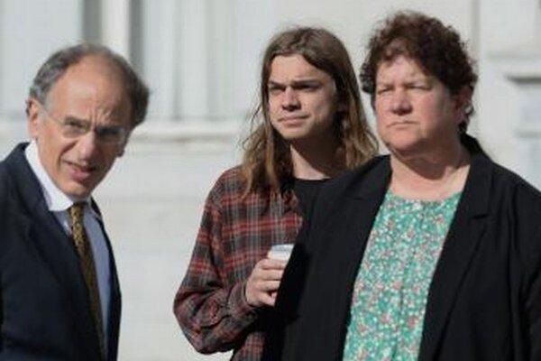Scott Olsen (v strede) a jeho advokáti.