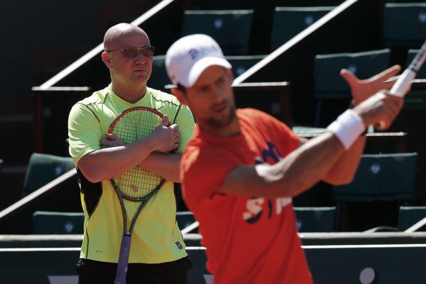 Novak Djokovič pod dozorom Andreho Agassiho.