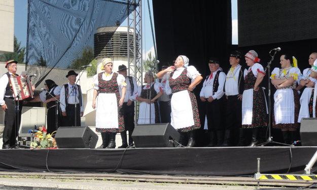 Hudobný program prebiehal popoludní aj na pódiu na námestí.