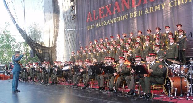 Alexandrovci sú armádny súbor, no netvoria ho vojaci, ale umelci. Uniformu používajú ako kroj.