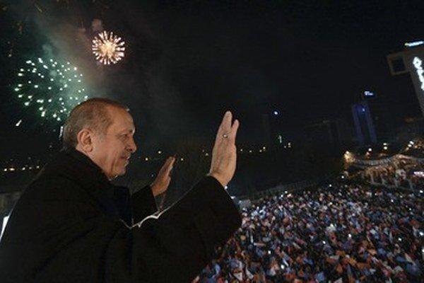 Recep Tayyip Erdogan zdraví svojich stúpencov.