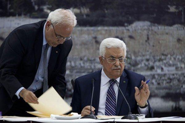 Mahmúd Abbás podpisuje dokumenty.