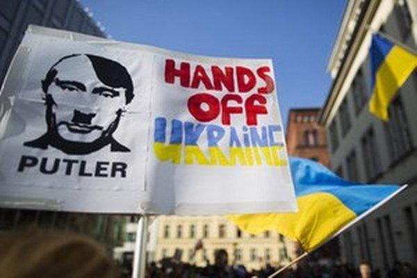Protest pred ruskou ambasádou v Nemecku.