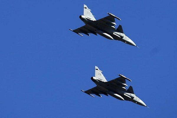 Švédske stíhačky JAS 39 Gripen počas cvičenia NATO v Šiauliai na severe Litvy.