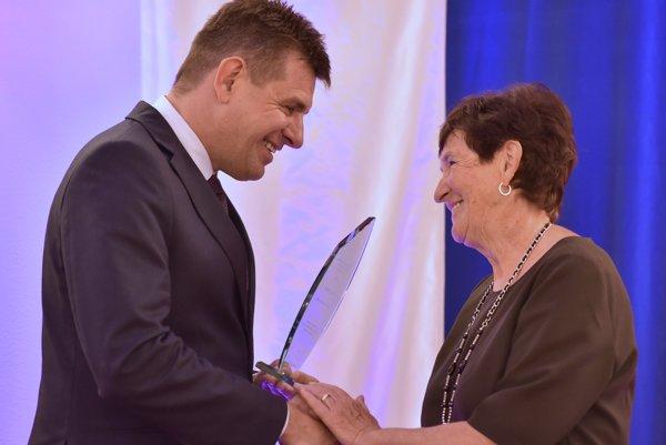 Minister životného prostredia odovzdáva cenu Anne Leskovjanskej.