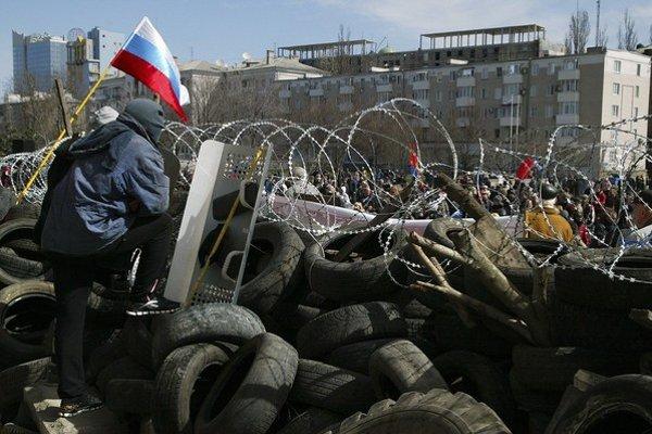 Proruskí separatisti postavili v uliciach Donecku barikády.  Chcú sa oddeliť od Ukrajiny.