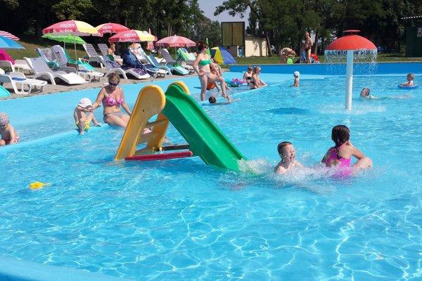 V detskom bazéne je voda zohriatá pomocou slnečných kolektorov.