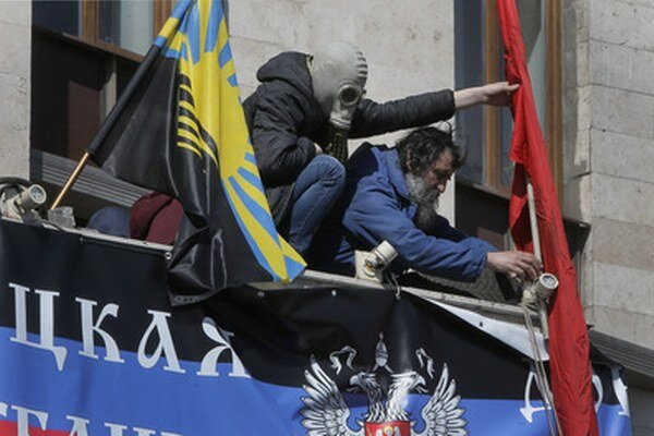 Proruskí aktivisti v ukrajinskom Donecku.