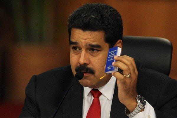 Dohodu nečakajte, odkázal venezuelský prezident Nicolás Maduro. Na rokovaní ukazoval aj malú kópiu venezuelskej ústavy.