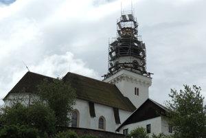 Veža kostola pod lešením.