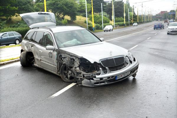 Mercedes ostal po nehode nepojazdný.