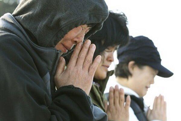 Príbuzní pasažierov trajektu sa modlia.