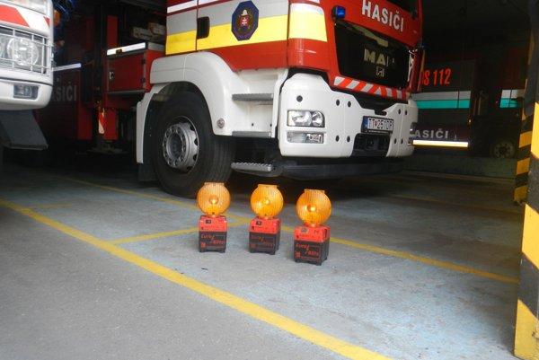 Takto vyzerajú blikače, ktoré hasiči používajú. Jeden aj s nabíjačkou vyjde na 500 eur.