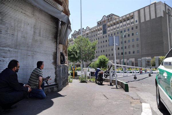 Na snímke bezpečnostní pracovníci pred budovou iránskeho parlamentu po streľbe 7. júna 2017 v Teheráne.