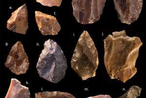 Niektoré kamenné nástroje strednej doby kamennej z náleziska v Maroku.