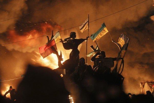 Na Námestí nezávislosti v Kyjeve, ktoré je epicentrom zrážok demonštrantov a polície, sa rozhorel aj pamätník zakladateľov mesta.