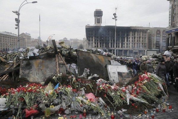 Ukrajinci okrem osláv konca režimu Viktora Janukovyča smútili za desiatkami obetí, ktorí zahynuli minulý týždeň v Kyjeve.