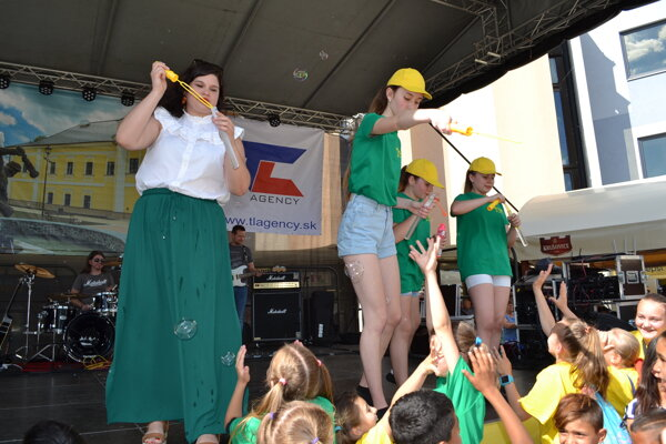 Pieseň uviedla do sveta bublifukom Oli Džupinková.