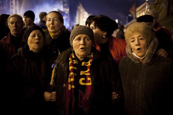 Ženy spievajú hymnu na kyjevskom majdane.