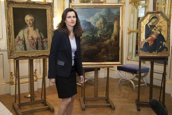 Francúzska ministerka kultúry Aurélie Filippettiová s obrazmi.