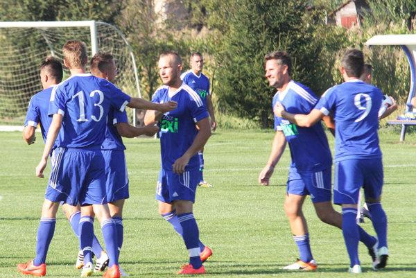 Futbalisti Čeľadíc porazili vedúce Štúrovo. O víťazovi súťaže tak rozhodne až posledné kolo.
