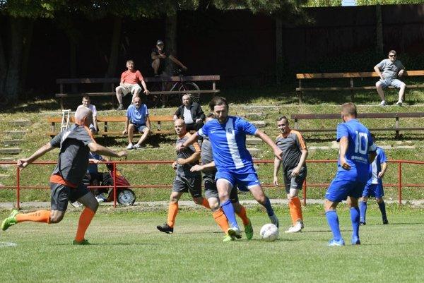 Henrich Benčík (s loptou) prispel k postupu Kyneku do finále jedným gólom na ihrisku obhajcu trofeje v Lehote.